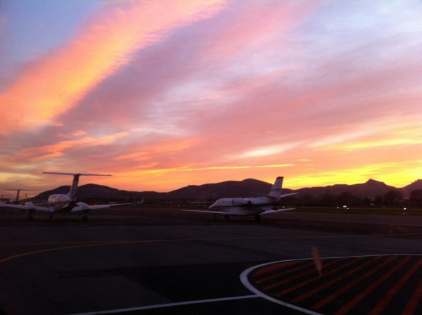 Deux jets privés et un superbe coucher de soleil