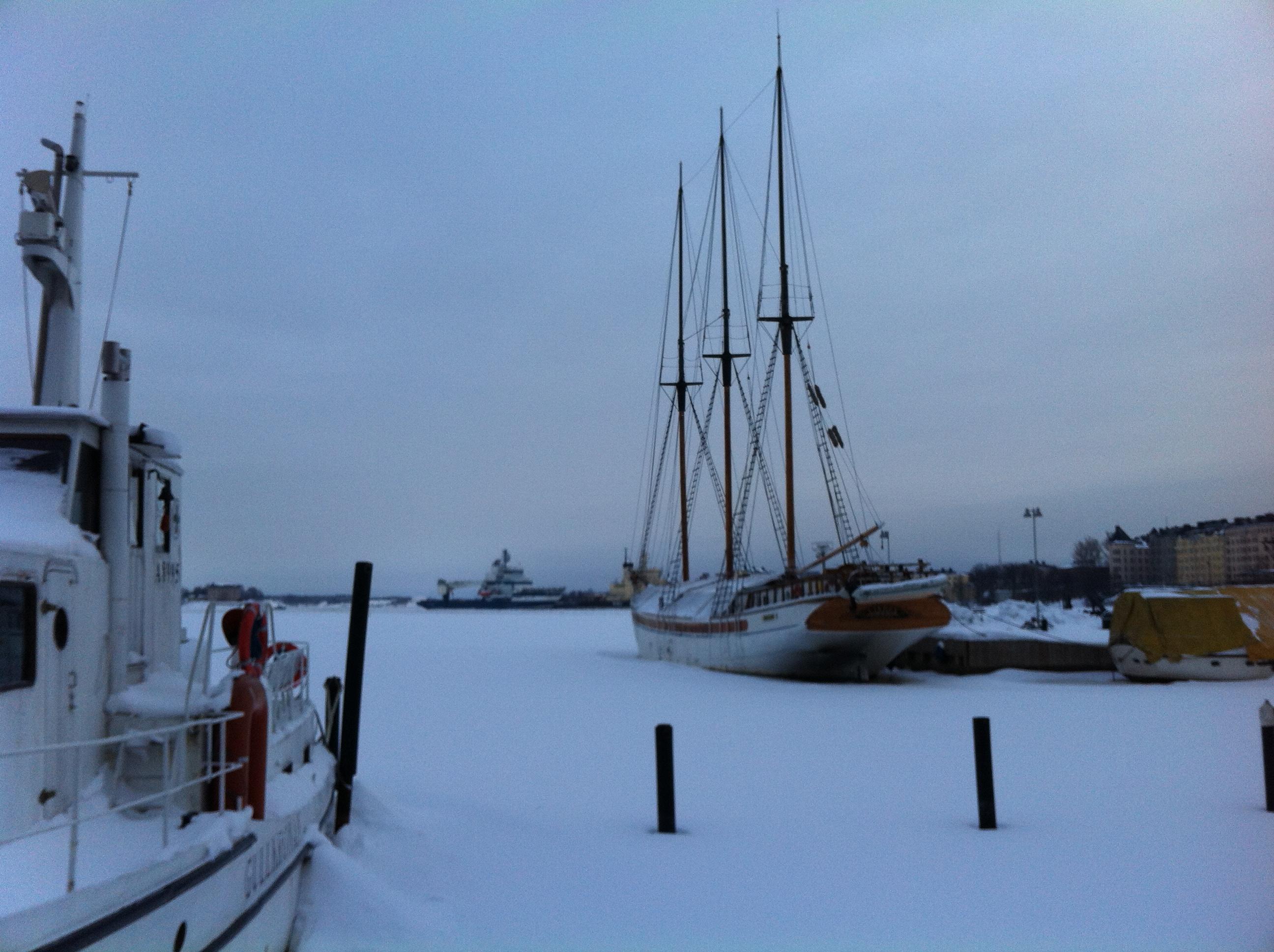 l'hiver les voiliers restent prisonniers des glaces. www.escaledenuit.com