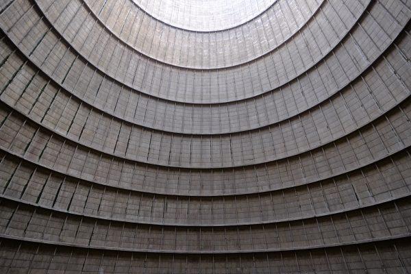 L'intérieur de la tour de refroidissement de Charleroi en Belgique
