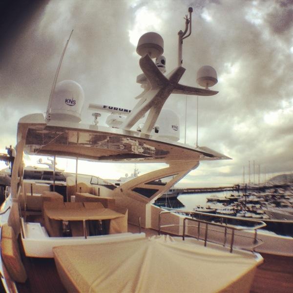 le pont du yacht Amer 100, sous les nuages à Sanremo