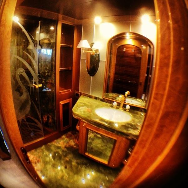 Marbre vert dans l'une des salles de bains d'un Superyacht italien