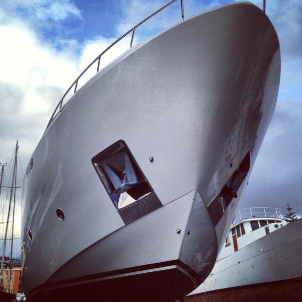 La coque d'un yacht de luxe