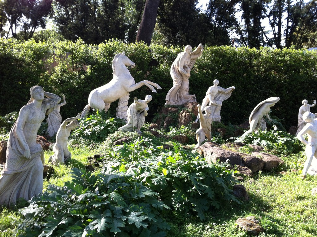 Des statues installées dans les jardin de la villa de Médicis à Rome