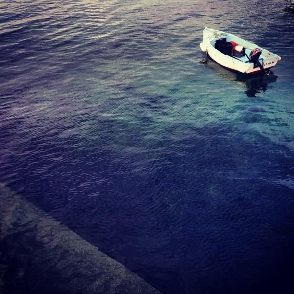 le quai et un petit bateau à moteur