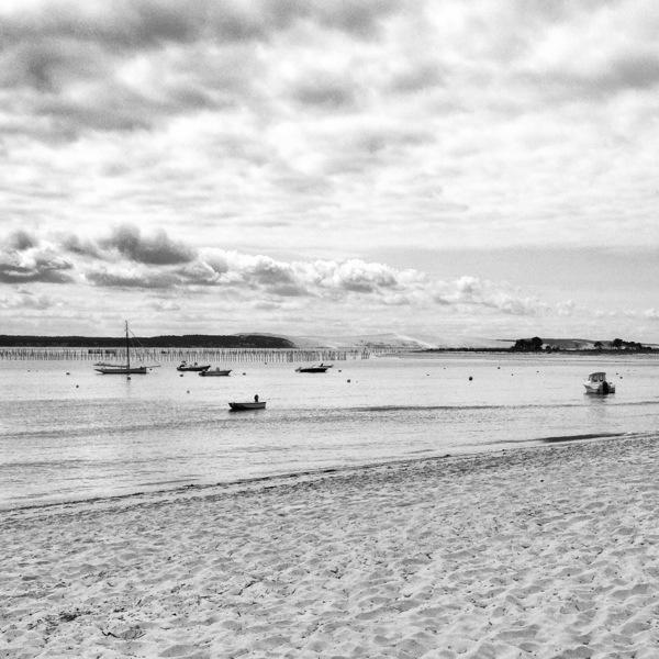 Quelques bateaux avec en toile de fond la dune du Pyla