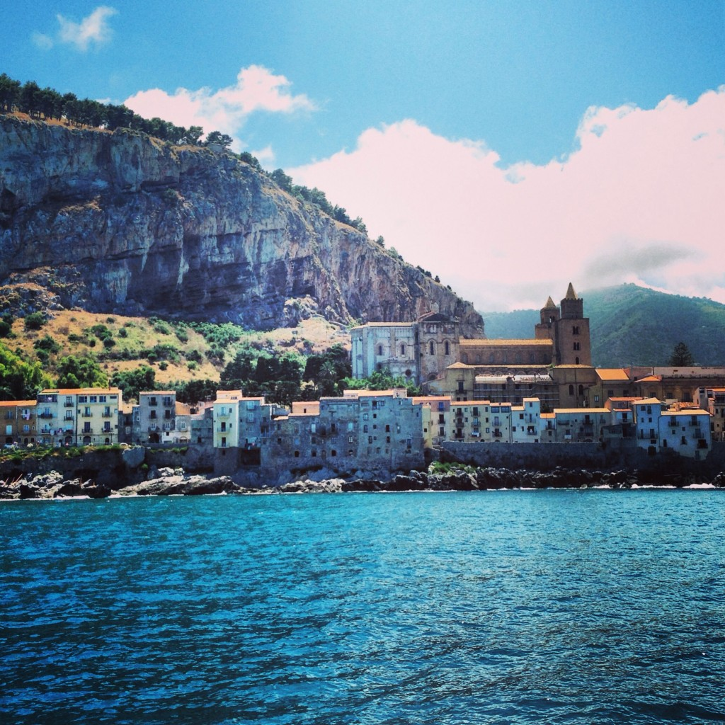 La ville de Cefalu vue depuis la mer