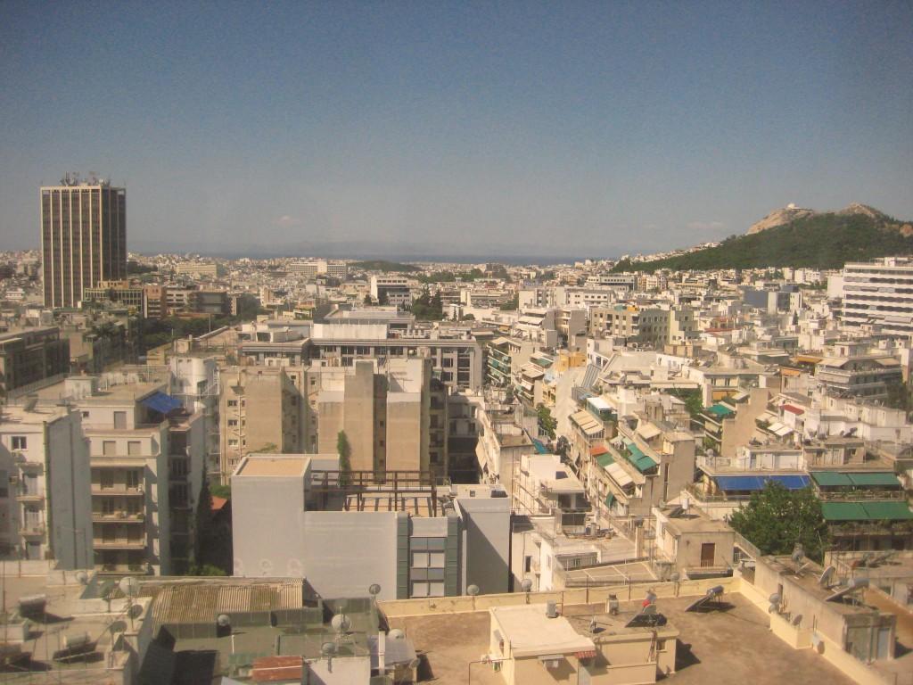 86. Vue sur la ville d'Athènes depuis la fenêtre d'un hôtel
