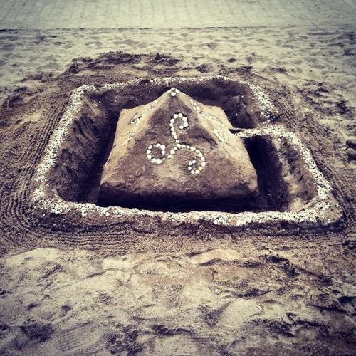château de sable quelque part au bord de l'eau