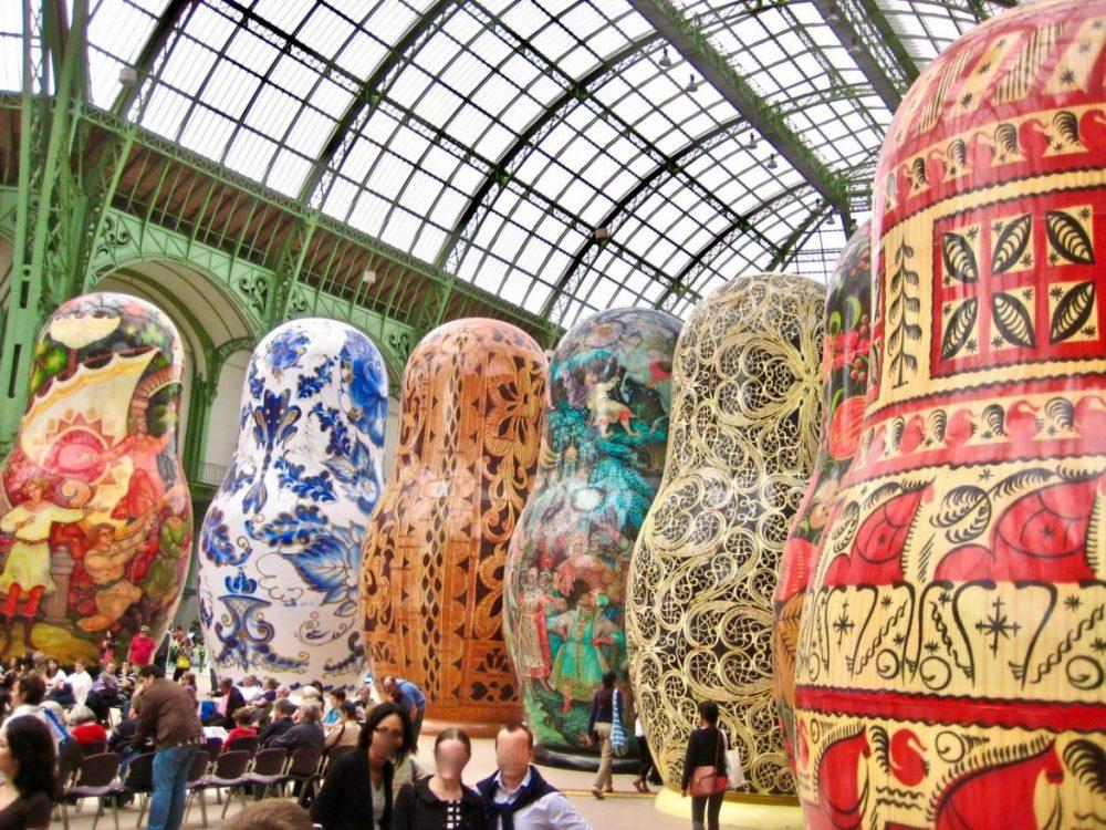 De gigantesques poupées russes sous la verrière du Grand Palais