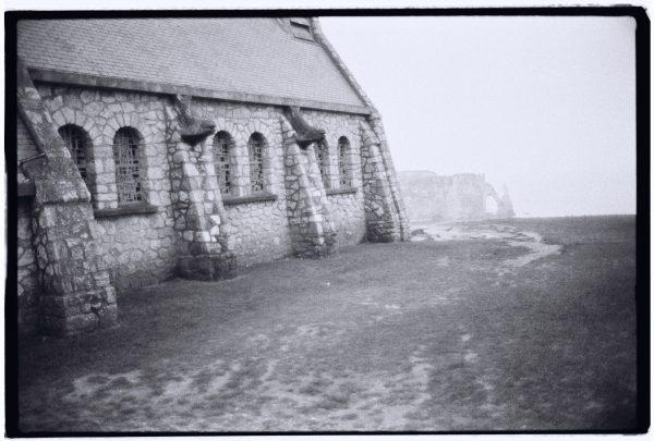 La chapelle Notre Dame de la Garde, et l'arche Aval dans les lointains