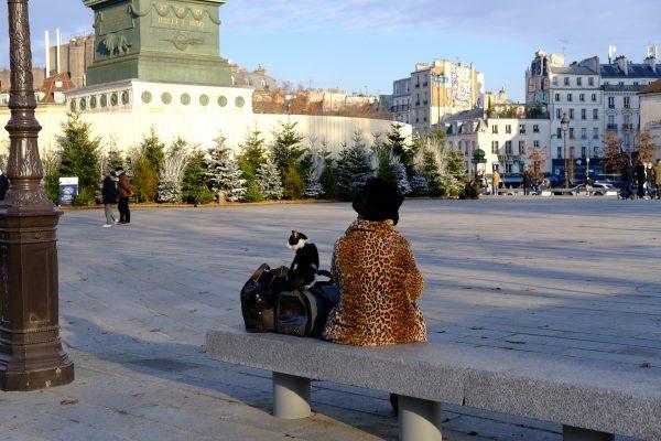 Une parisienne avec son chat place de la Bastille