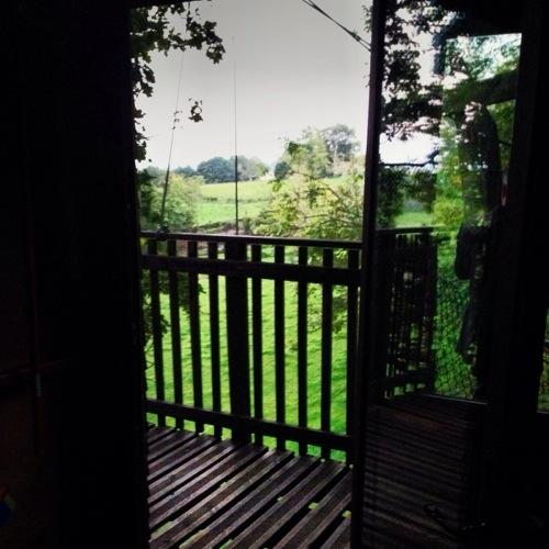 Une vue sur la plaine depuis une cabane perchée