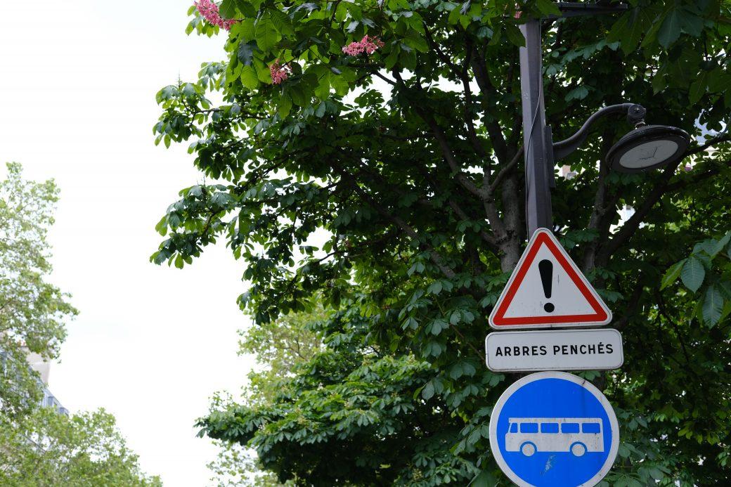 Panneau insolite à Paris arbres penchés