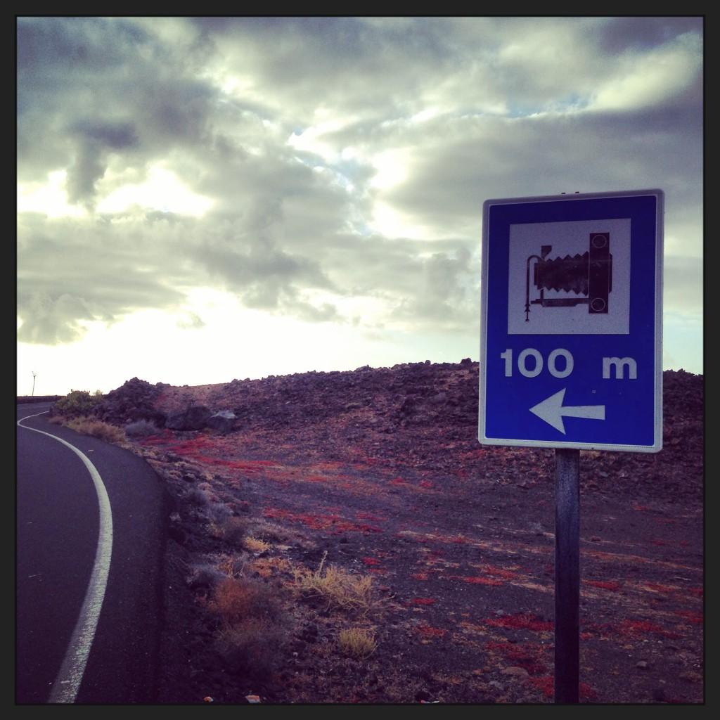 Un panneau routier conseillant un lieu photogénique sur l'archipel des Canaries