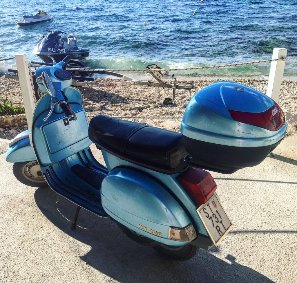 Un Vespa en Croatie témoigne que l'Italie est toute proche!