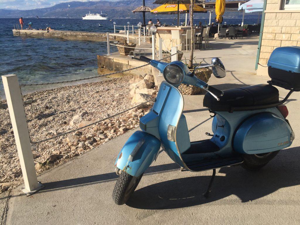 Un Vespa au bord d'une petite plage au bord de la Croatie