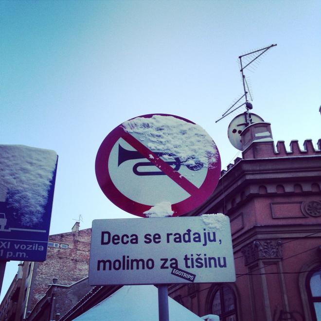 Ne pas jouer de la trompette? Un panneau en Serbie.