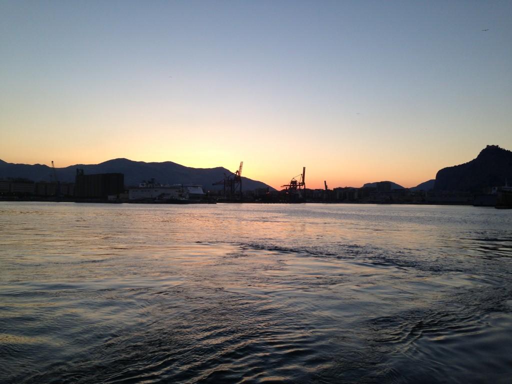 coucher de soleil sur le port de Palerme en Sicile