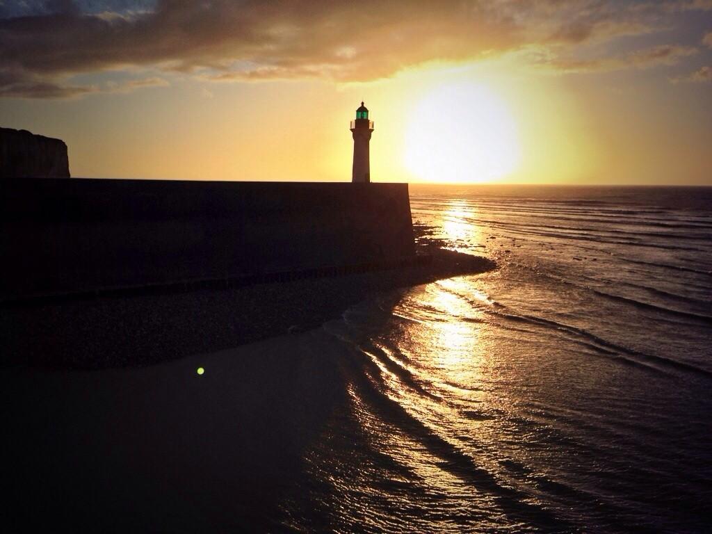 Un coucher de soleil sur le phare de Saint-Valéry en Caux