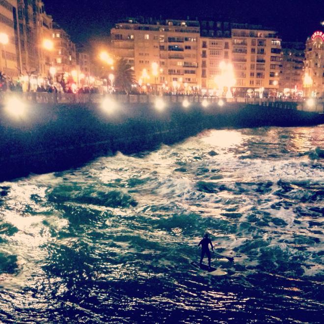 Une session de paddle de nuit à San Sebastian