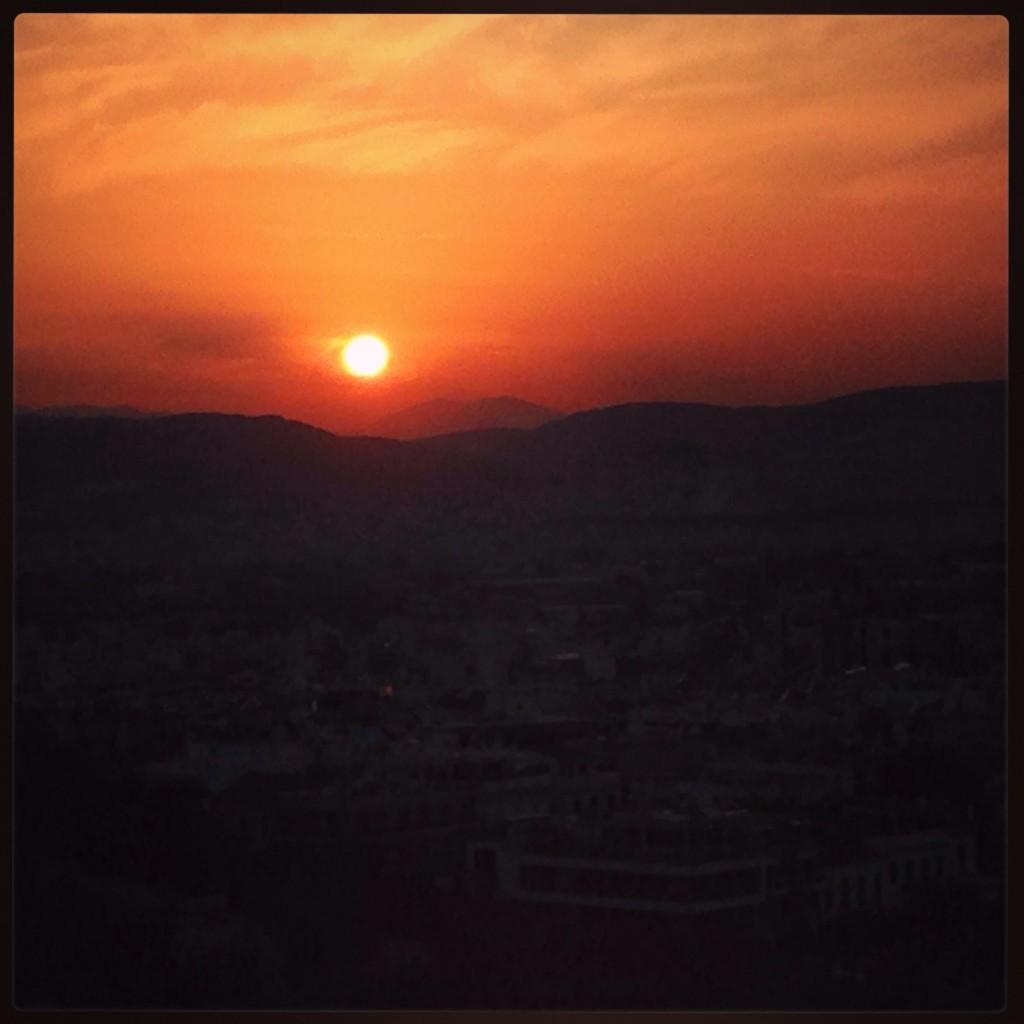 Le soleil se couche sur Athènes