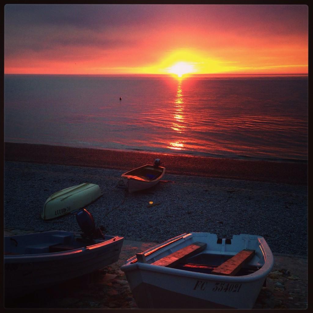 Coucher de soleil sur les barques d'Etretat