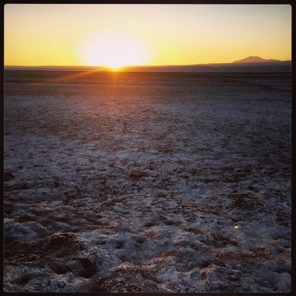 Un coucher de soleil sur le salar d'Atacama au Chili