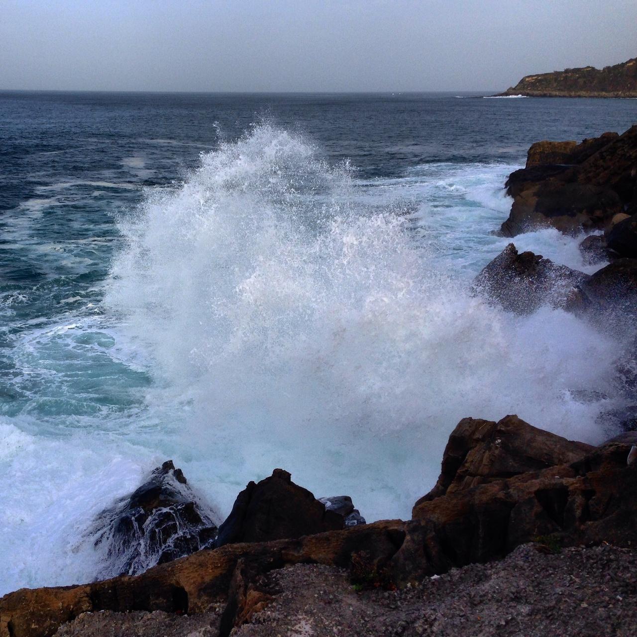 Les vagues de l'Atlantique se fracassent sur San Sebastian