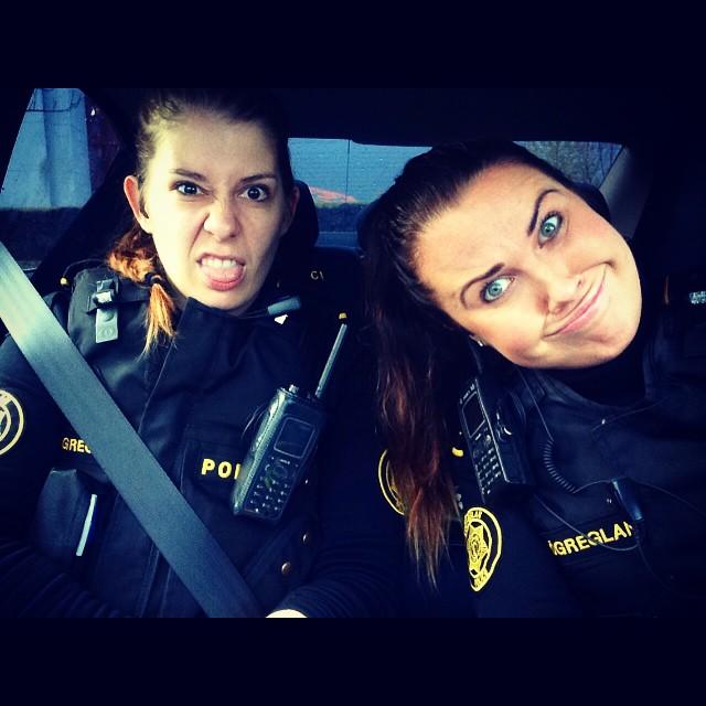 2 policières font des grimaces