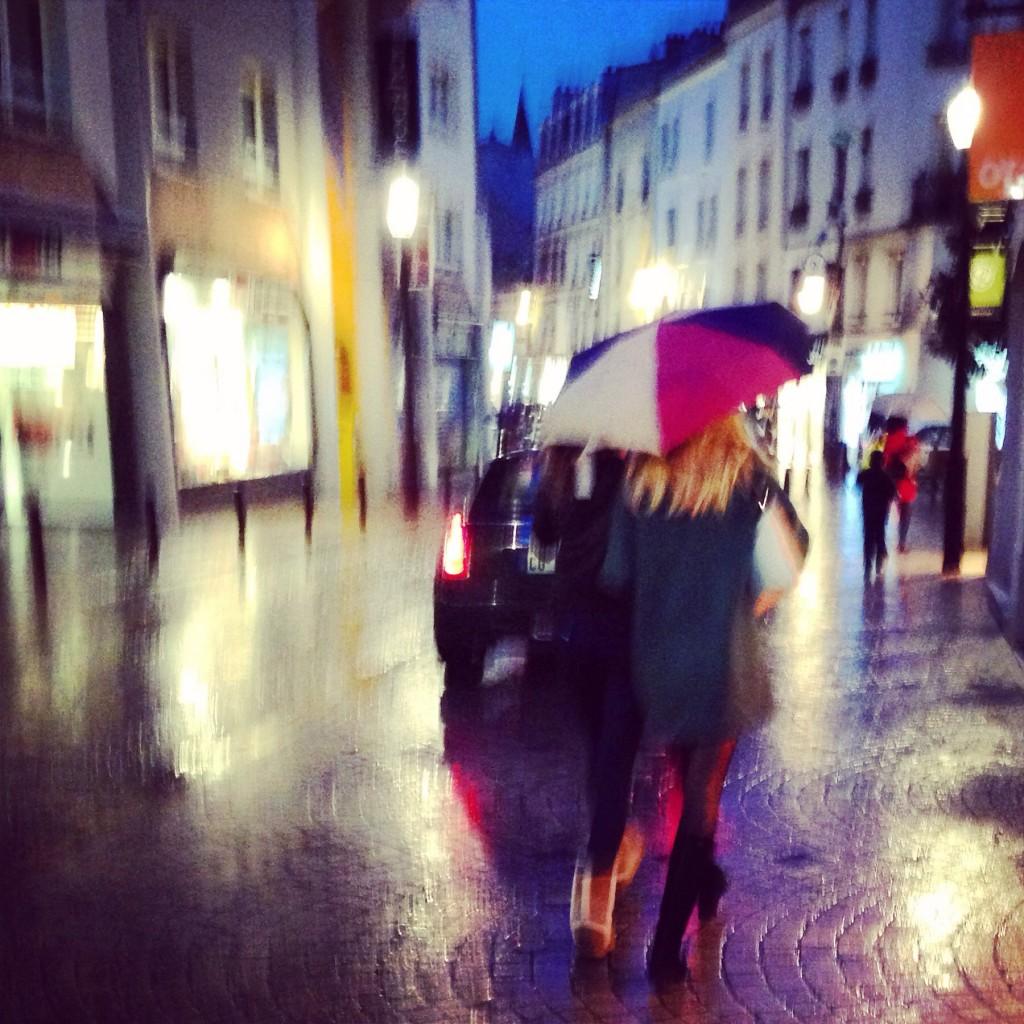Marcher sous la pluie avec une amie sous un parapluie