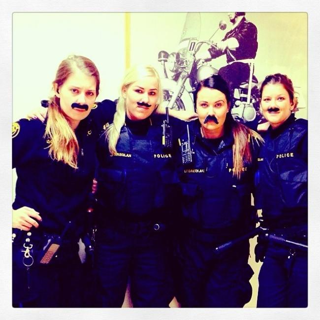 policières islandaises en mode moustache