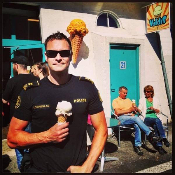 un policier islandais avec une glace, silence je bosse