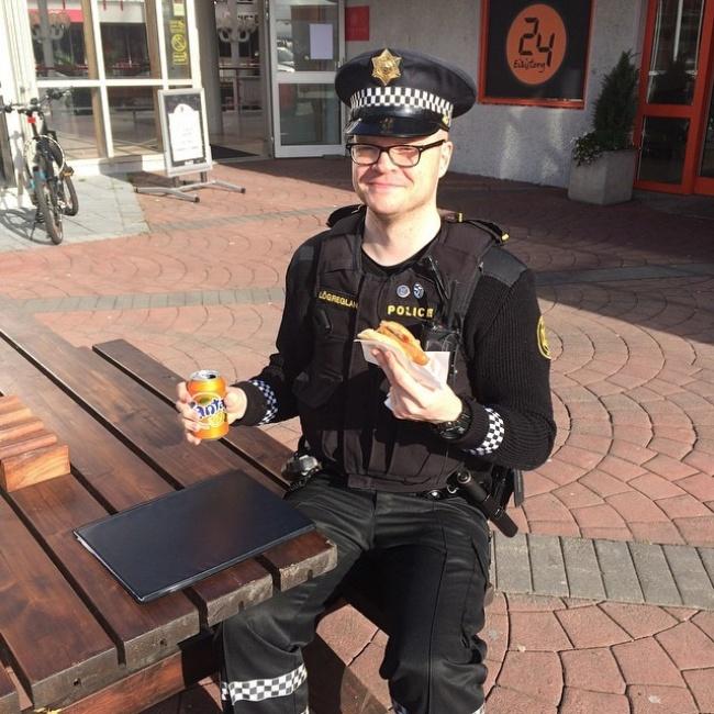 un policier islandais en mode hot dog
