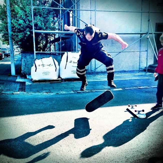 un policier islandais mode skateboard