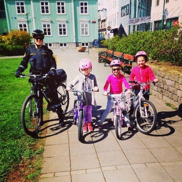 un policier islandais pose avec des enfants à vélo
