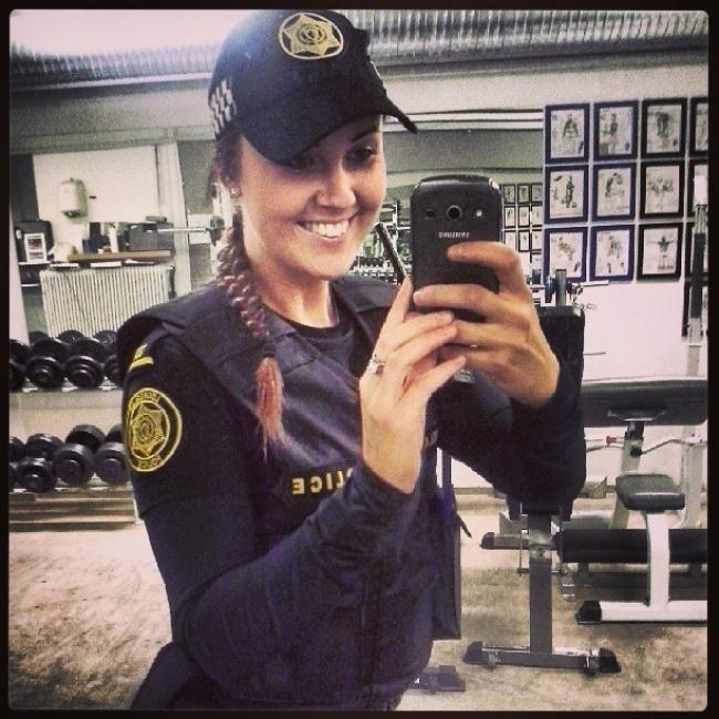 une policière islandaise en mode sourire