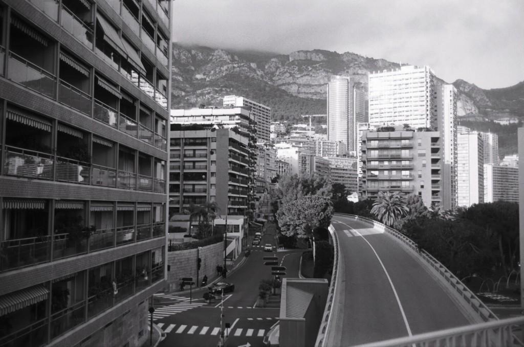 Une route qui traverse Monaco