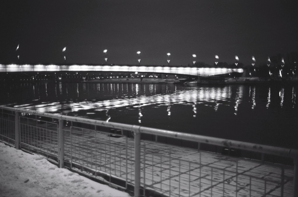 Un pont vu de nuit sur le Danube entre Belgrade et Novi Belgrade