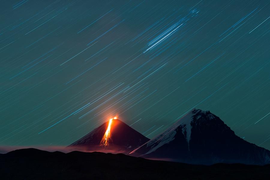 A gauche le volcan Kliutchevskaya 4 750 m en éruption  et à droite le volcan Kamen 4 575 m