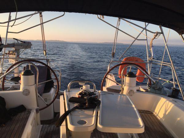 En voilier entre la Corse et la Sardaigne