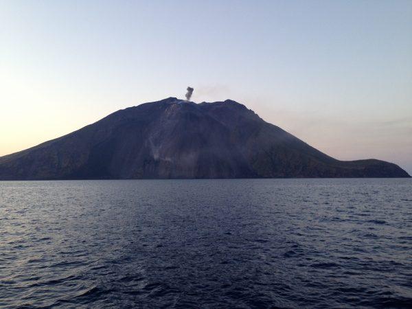 Le Stromboli est l'un des rares volcans du monde à être en éruption permanente