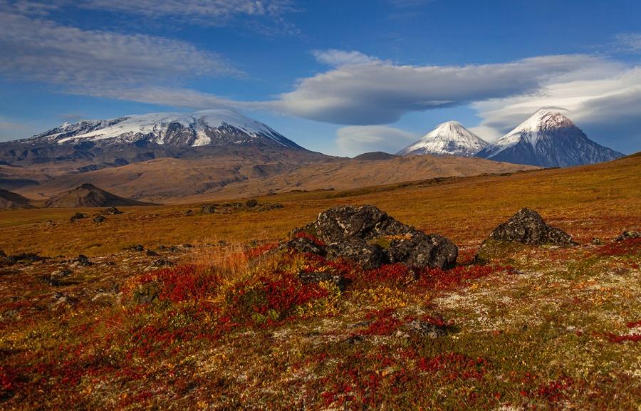 Le volcan Ouchkovski, le volcan Klioutchevskoi et le volcan Kamen