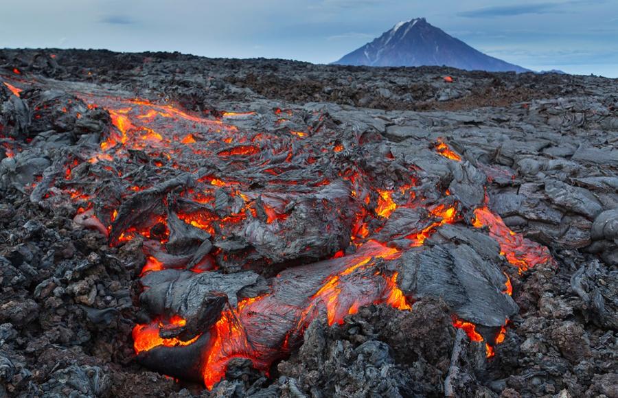 Un torrent de lave se déverse sur les pentes du volcan Tolbatchik
