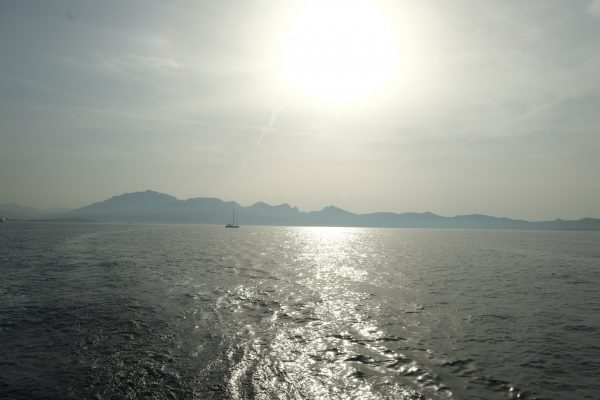 En mer avec l'île sarde en ligne de mir