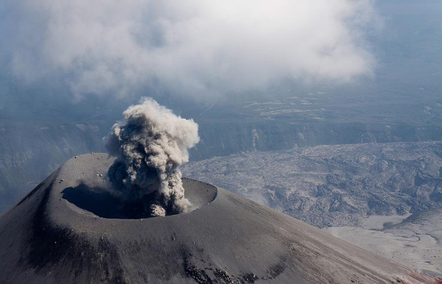 Vue depuis un hélicoptère d'un volcan en activité au Kamtchatka