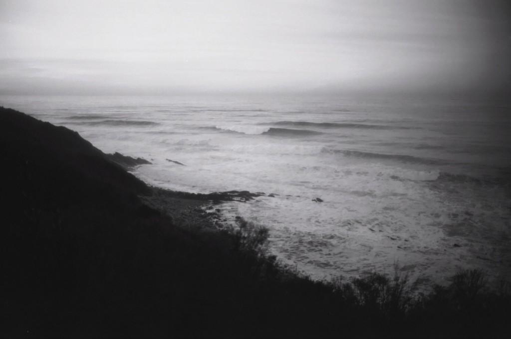 au détour d'un chemin on decouvre la mer qui s'attaque invariablement à la côte basque
