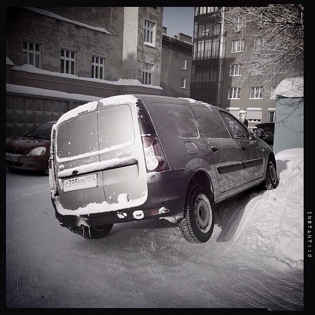 On se gare comme on peut dans les tas de neige