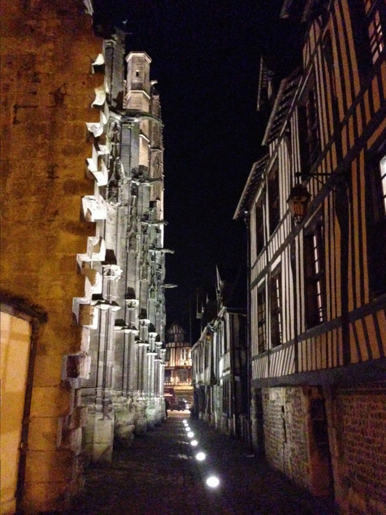 Une ruelle le long de la cathédrale de Pont-Audemer