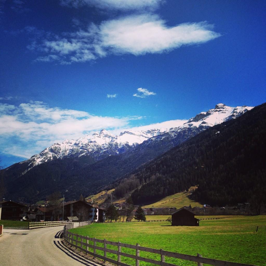 De la pelouse vert primevère et de la neige sur les sommets du Tyrol, une image d'Épinal