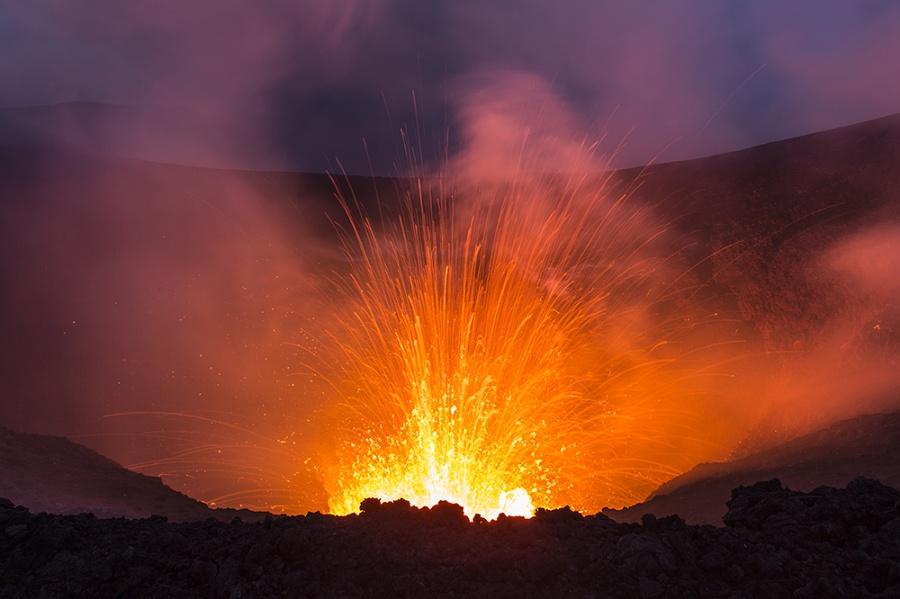 un feu d'artifice sur le volcan Tolbatchik